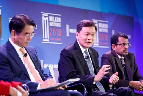 宜信公司创始人&CEO唐宁台上发言。
