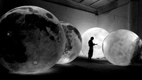 图为:装置艺术作品《Yue Liang》