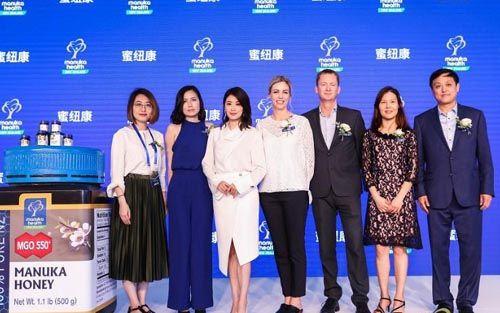 蜜纽康品牌高层及合作伙伴同贾静雯合影