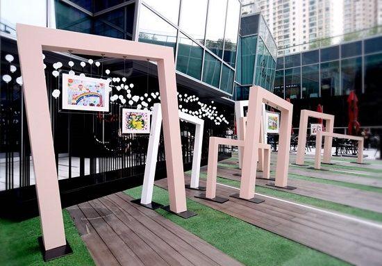 """环贸iapm的""""XIN动全城""""慈善特展以亮灯形式展示儿童慈善画作周边的义卖盛况,限量300件的义卖品自预售起10天内已被善心人士全数购买。"""