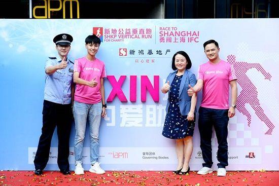 文志峰(右一)、宋寅(左二)、团队/企业接力赛代表民警张仁乐(左一)、上海儿童医学中心副院长季庆英在现场分享了各自对儿童慈善事业的感悟。