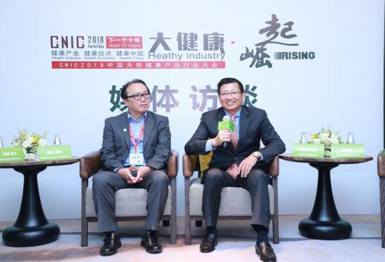 康宝莱中国区董事长郑群怡博士及康宝莱植物研究与开发首席科学家何侃博士接受媒体采访/官方供图