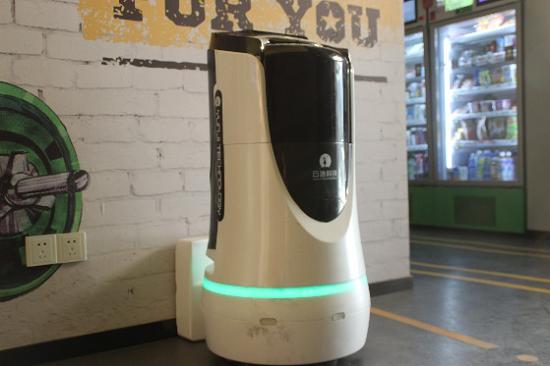 """龙湖冠寓上海复旦二店智能机器人""""小冠""""。"""