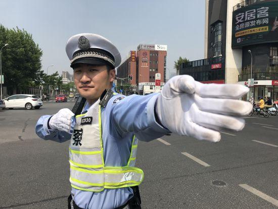 王润达在指挥交通