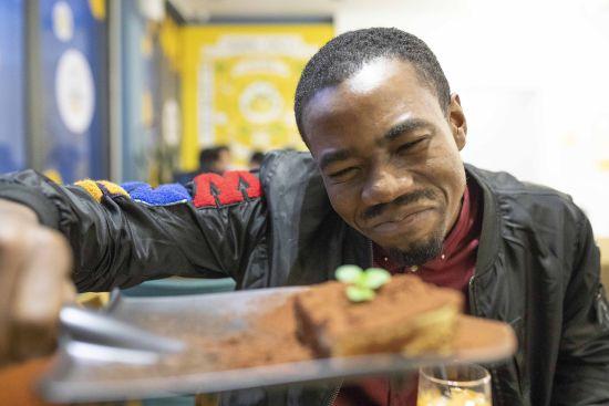 尼日利亚留学生拉什德体验创意甜品。