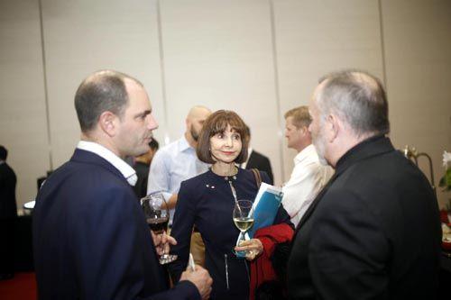 中外参展企业对世博展览馆进行实地考察