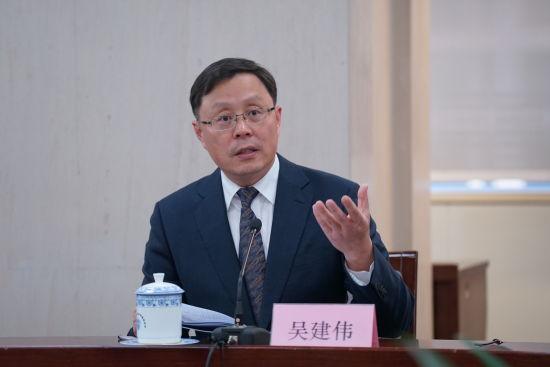 浙商银行副行长吴建伟介绍打造智能制造服务银行、助力民营经济转型升级的举措和成效。