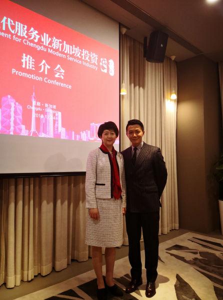 成都市人民政府副市长刘筱柳与宜信公司海外市场副总裁刘致勇合影。