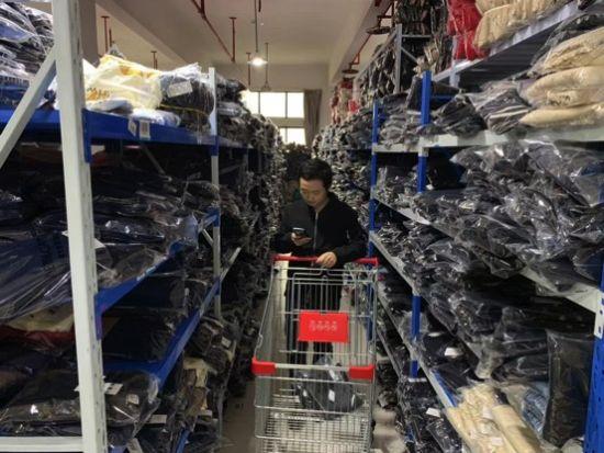 织里童装工厂的仓库。