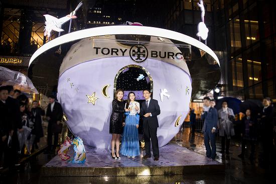 """品牌Tory Burch 来自""""白日梦少年""""的梦幻星球当日被点亮。星球外部以可转动的金色圆环模仿小行星带,轮番演绎奇妙的故事。星球内部,灯光仿如夜空银河,欣赏奇妙美景的同时,还可参与别致新颖的趣味视频装置。"""