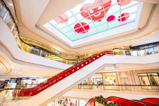 静安嘉里中心商场内部圣诞气氛浓烈。