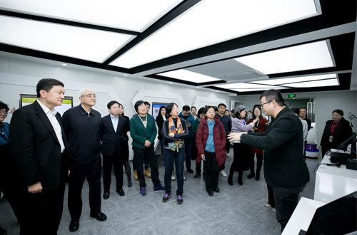 小微企业服务调研团参观二维火公司。