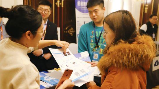 诺诺网工作人员与现场企业互动。
