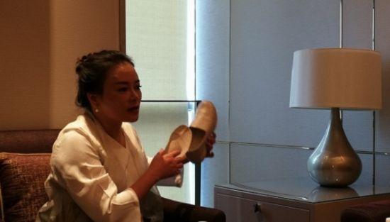 长立创始人林美蓉女士介绍养生鞋的设计理念及其功效。