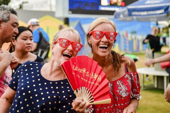 各国球迷对1573日派发的扇子和眼睛爱不释手