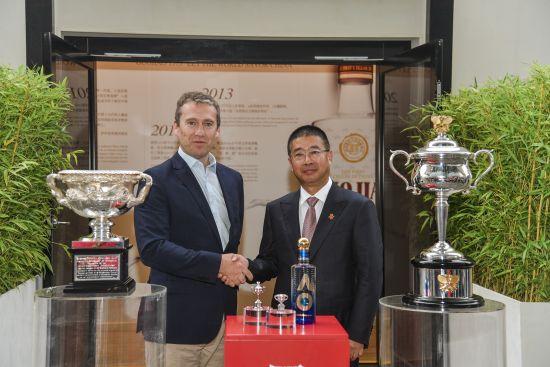 王洪波先生(右)、理查德・希斯格里夫先生(左)与澳网奖杯及冠军酒合影