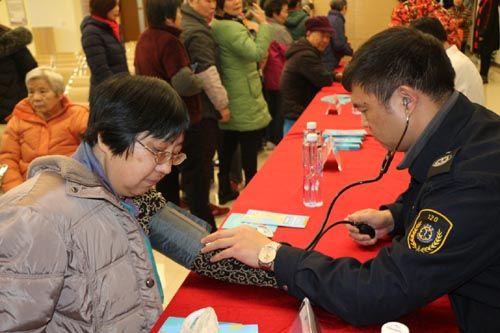 上海医疗急救中心的专家现场为市民义诊