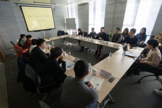图/来自政府、高校的专家和企业代表一起探讨非遗老字号如何通过互联网传承和创新。