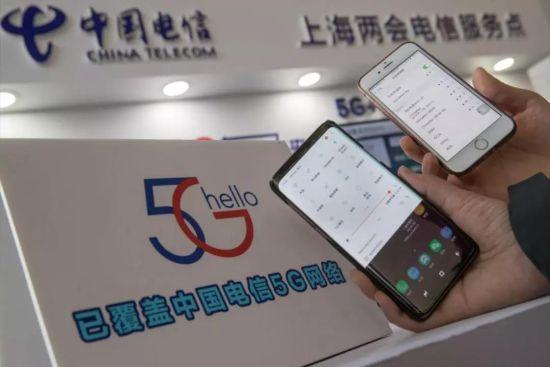 """现场人员正在接入""""中国电信5G""""传输的WiFi网络。"""