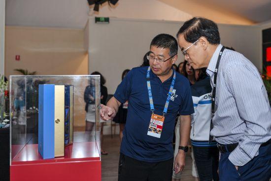 王洪波先生(左)向成竞业先生(右)介绍国窖1573澳网冠军酒