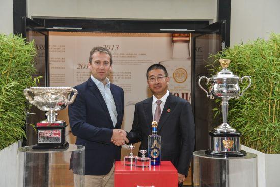王洪波先生(右)、澳网首席上午执行官理查德・希斯格里夫先生(左)合影