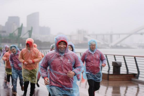 冒着春雨挥洒激情的派米雷员工在健康跑中传播爱心。
