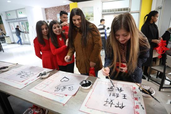 留学生用毛笔书写自己的中文名,一笔一划,歪歪扭扭,引来一片笑声。
