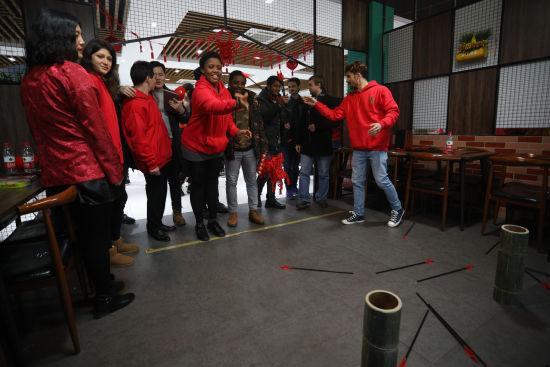 留学生体验中国传统游戏。