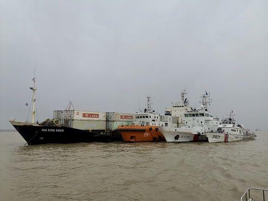 图为被查获的擅入中国内水外籍船舶(左)在海巡轮的押送下,至横沙西锚地接受进一步调查。