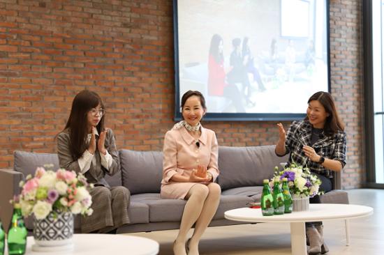 孙洁(中)在苹果中国举办的女性圆桌论坛上发言。