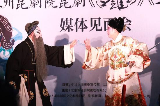 《白罗衫》主演俞玖林和唐荣演绎剧中片段《审堂》。 /东艺 供图