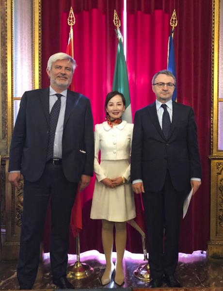 图:携程旅行网CEO孙洁(中)在与意大利旅游局签署战略合作协议后,与意大利旅游局主席Giorgio Palmucci(左)、意大利旅游部内阁总长Luigi Fiorentino合影。