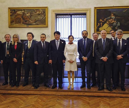 图:中国旅游研究院院长戴斌(左五)见证携程旅行网CEO孙洁与意大利旅游业者签约。
