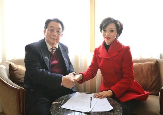 蔡居先生与奥地利安东尼。沃特钢琴CEO郭婷婷女士在新闻媒体见面会上签署了合作协议