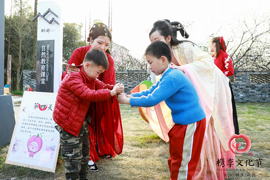 图:赏花少年现场学习中华传统礼仪。