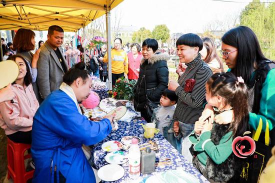 图:赏花间隙,游客们还可逛逛花海市集。