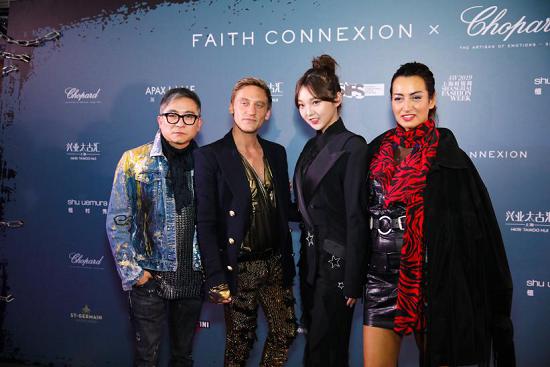 图:上海时装周SIFS国际品牌发布负责人Terence Chu(左一)、国内新声代创作歌手强东�h(右二)、FAITH CONNEXION联合创始人Maria Buccellati(右一)等合影 。