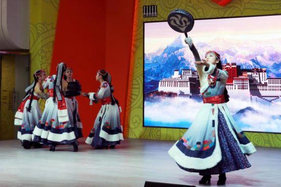 上海之春国际音乐节艺术导赏率先走进地铁人民广场站音乐角。 /蔡晴 摄