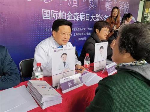 神经外科名家、上海德济医院院长郭辉教授接受患者咨询