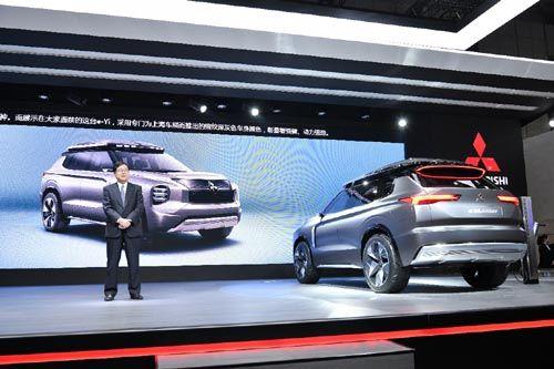 三菱汽车会长兼CEO益子修发布概念车