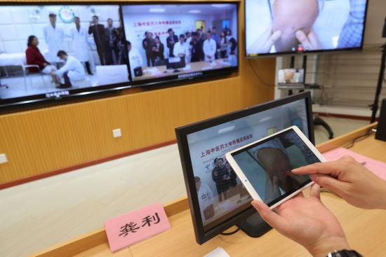 通�^5G+AR,上海市岳��t院�<疫h程指�зF州省�水中�t院的�t生�M行���\。通��T �M�h�z影