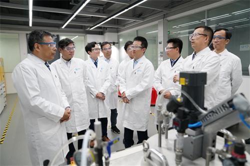 上海化工研究院科学家参观中化国际科创中心实验室