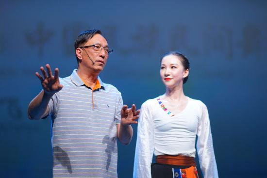 上海歌舞团团长陈飞华的民族民间舞大讲堂。 /邢凯 摄