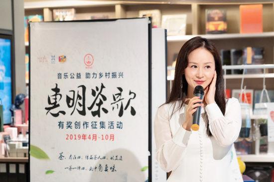 歌手林宝演唱茶歌/供图