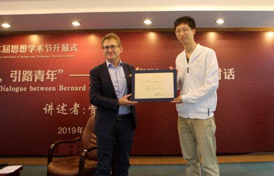 费林加教授(左)为中国大学生年度人物、华理优秀博士生张琦题字。