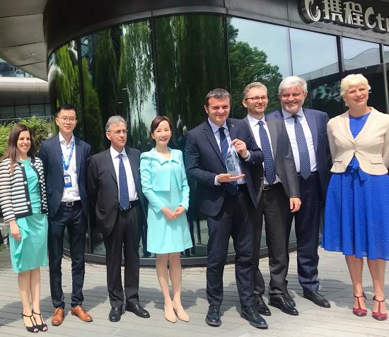 图:5月14日,携程CEO孙洁(左4)向意大利旅游部长Gian Marco Centinaio(右4)颁发中国旅行者大会CTF最受欢迎海外目的地奖杯。