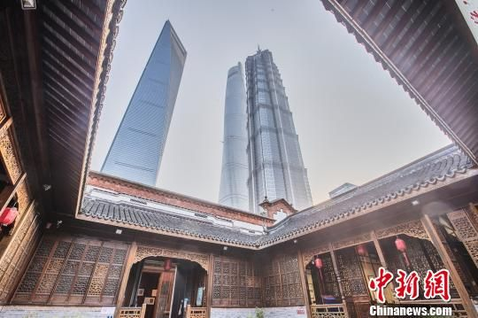 图为现代化高楼环绕中的陈桂春老宅。供图 申海