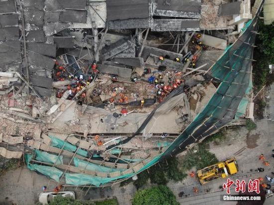 5月16日,上海长宁区昭化路发生一起厂房墙体倒塌事故,现场多人被埋。目前,事故现场共救出15名施工人员,并送医救治。中新社记者 张亨伟 摄