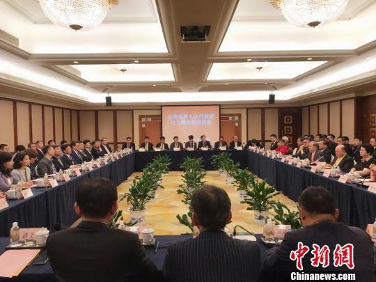 郁慕明率领的台湾各界人士代表团5月27日与yahu888台商举行座谈。 官方 摄