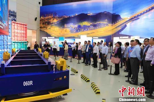 侨领们在参观上海浦东新区城市运行综合管理中心。 许婧 摄